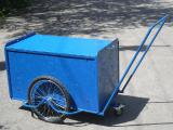 Грузовая тележка для транспортировки лотков с горячими продуктами в домики отдыхающих.