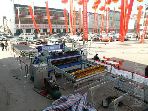 Machine for the production of welded wire mesh