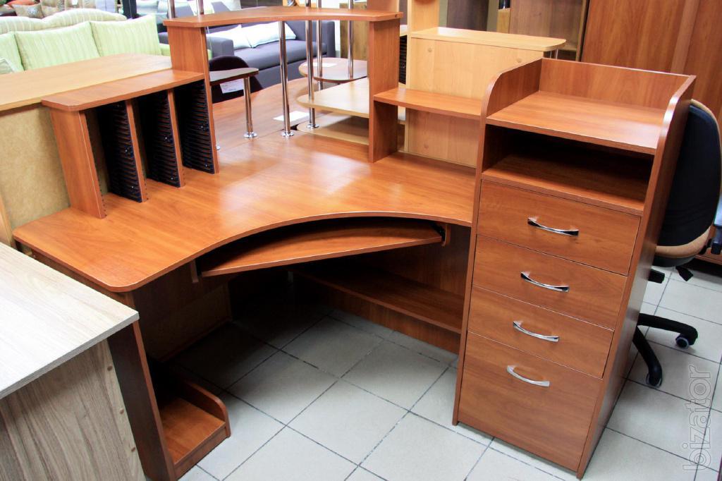 Компютерний стол с тумбочками и шкафом фото.