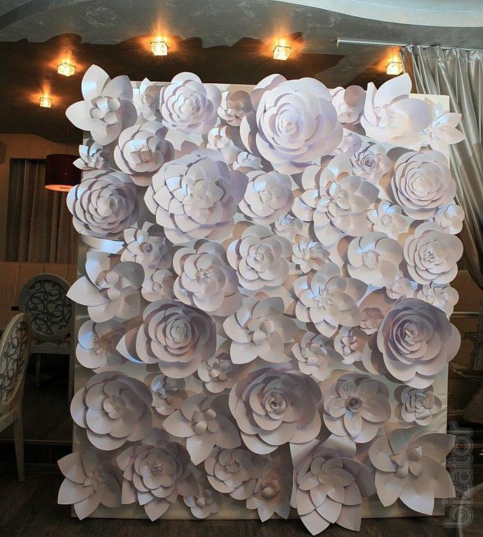 Большой цветок из бумаги на стене своими руками