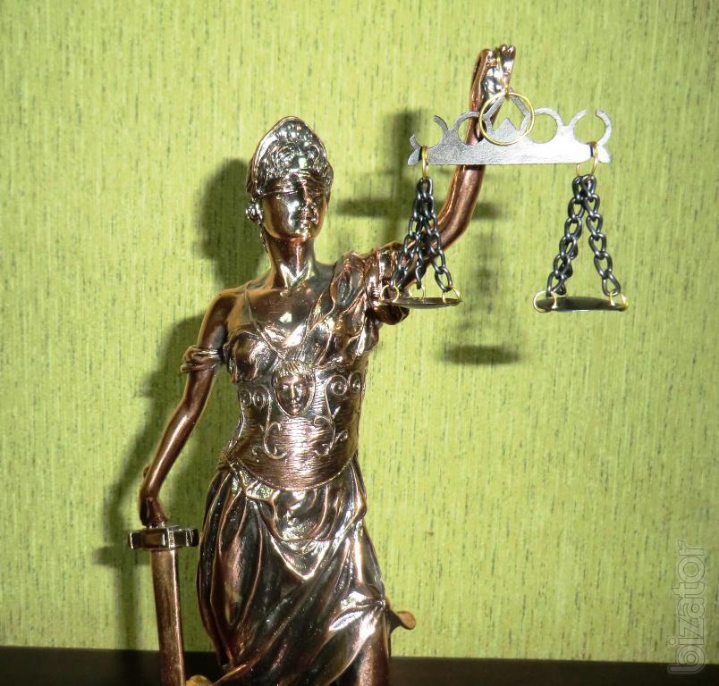Подарок юристом статуя весы