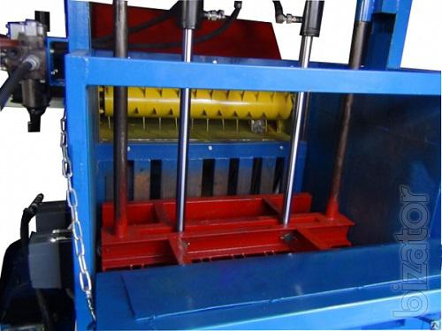 Hydraulic press force 16 tons with a punch to PET bottles.