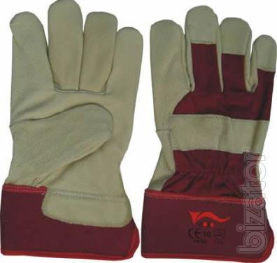 Premium quality gloves with insulation and a protective cuff