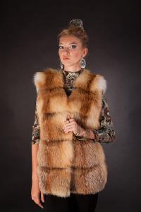 Меховые жилетки из лисы - жилетка из рыжей лисы. Длина — 75 см (от плеча).